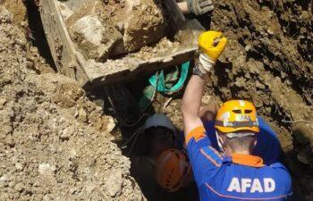 Bursa'da kazı çalışması sırasında toprak kaydı, işçi mahsur kaldı 10