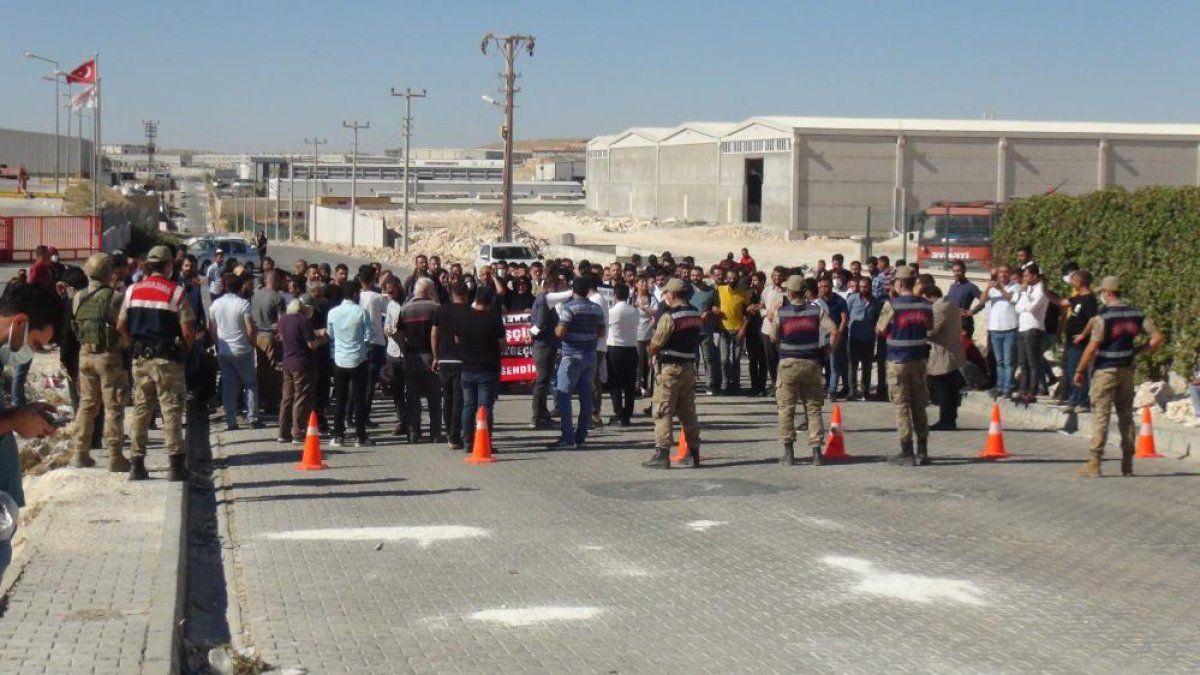 Şanlıurfa'da işten çıkarılan 350 işçi fabrika önünde eylem yaptı