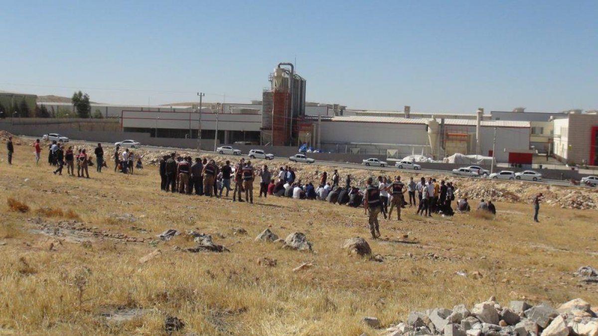 Şanlıurfa'da işten çıkarılan 350 işçi fabrika önünde eylem yaptı 3